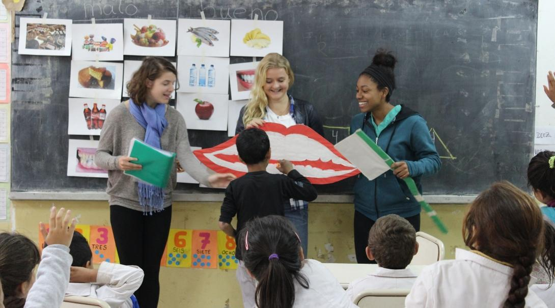 Projects Abroad volunteers teaching their students about dental hygiene in Argentina